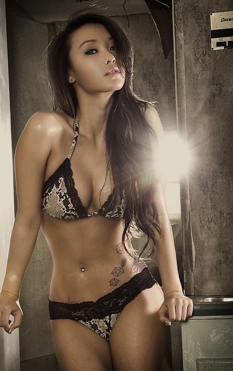 Hübsche Asiatin in Dessous